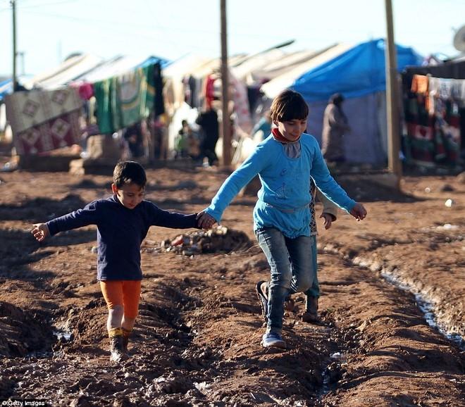 Cuộc sống ngập ngụa trong bùn của người tị nạn Syria ảnh 3