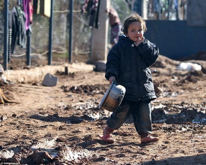 Quần áo lúc nào cũng lấm lem bùn đất Trẻ em và phụ nữ là những nạn nhân chịu nhiều ảnh hưởng nhất từ chiến tranh Hai cậu bé cố gắng băng qua con đường ngập bùn đất Lối vào một căn lều Những hình ảnh này là hậu quả thảm khốc của cuộc nội chiến 4 năm ở Syria Hai đứa trẻ nằm phơi nắng trước căn lều lụp sụp, bên trên treo đầy quần áo Trẻ em không có một chỗ vui chơi Mọi sinh hoạt đều ngập trong bùn đất Toàn ảnh trại tị nạn Aleppo Không gian sống bị bó hẹp bằng nước tù và bùn đọng.