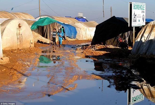 Cuộc sống ngập ngụa trong bùn của người tị nạn Syria ảnh 11