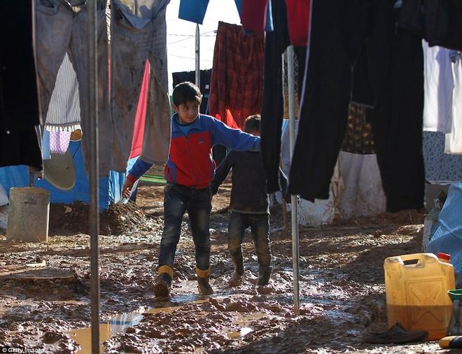 Cuộc sống ngập ngụa trong bùn của người tị nạn Syria ảnh 4