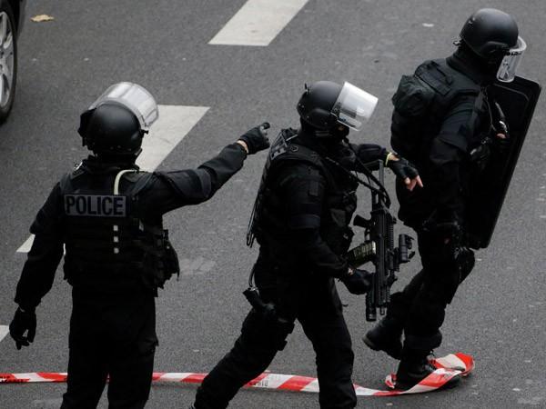 """Bắt giữ 12 người """"hỗ trợ hậu cần"""" cho các vụ khủng bố tại Paris ảnh 1"""