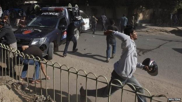 Người biểu tình Pakistan ném đá về phía cảnh sát