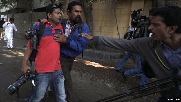 Asif Hassan (trái), nhiếp ảnh gia của hãng tin AFP, đã bị thương trong cuộc biểu tình