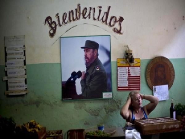 Một bức ảnh của ông Fidel Castro được treo ở Havana