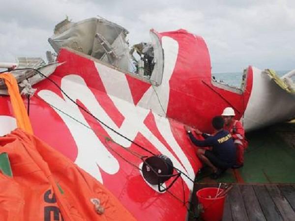 Một mảnh vỡ lớn của máy bay QZ8501 được tìm thấy