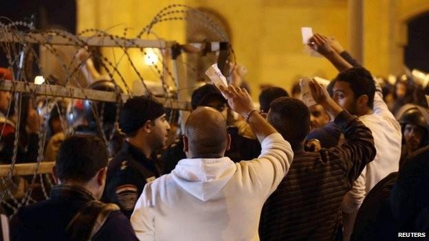 Nhiều người hâm mộ đang tranh luận với cảnh sát để được vào sân