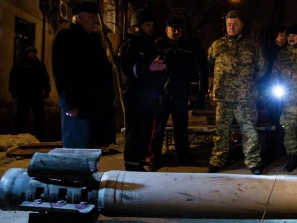 """Tổng thống Ukraine mang vỏ pháo BM-30 """"Smerch"""" tới hội đàm Minsk ảnh 1"""