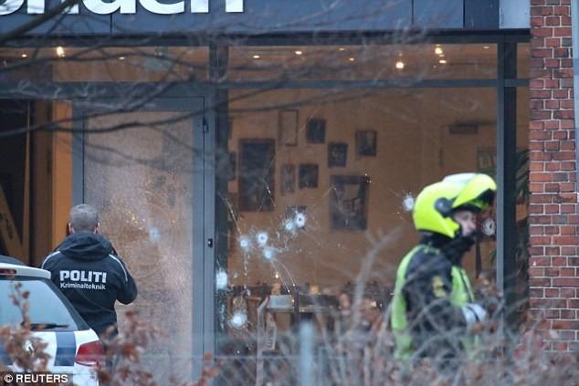 Khoảng 200 phát đạn đã được nhả liên tục vào quán cà phê, nơi diễn ra cuộc tranh luận về tự do ngôn luận
