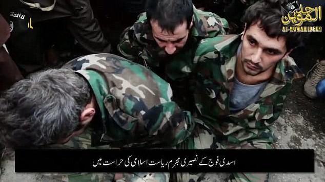Ba binh sĩ Syria quỳ gối mệt mỏi dưới đất