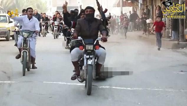 IS kéo lê xác 3 binh sĩ Syria sau khi đánh hội đồng đến chết