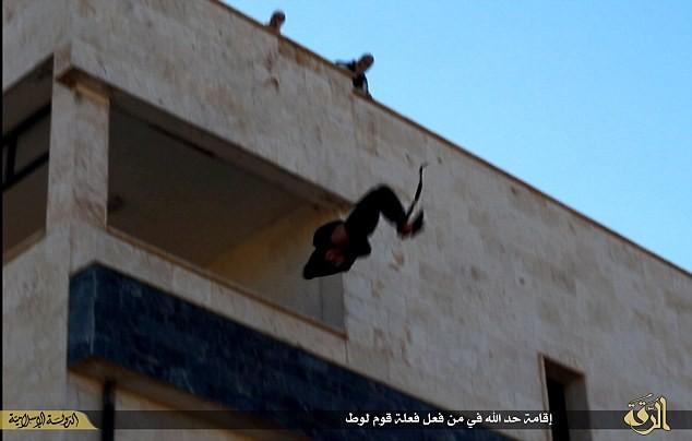 IS lại đẩy người đồng tính từ nhà cao tầng xuống đất ảnh 1