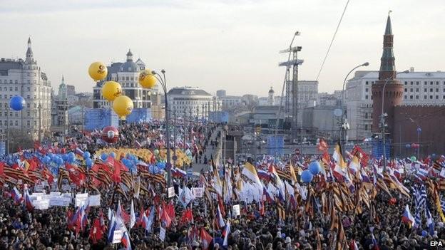 Đám đông dự lễ kỷ niệm bên ngoài điện Kremlin
