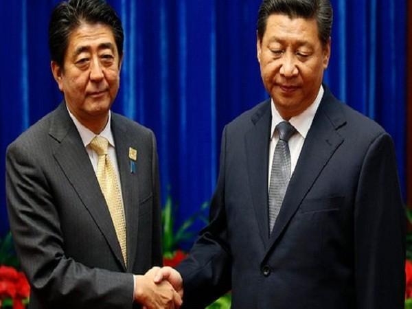 Thủ tướng Nhật Bản Shinzo Abe (trái) và Chủ tịch Trung Quốc Tập Cận Bình gặp nhau tại Hội nghị APEC năm 2014