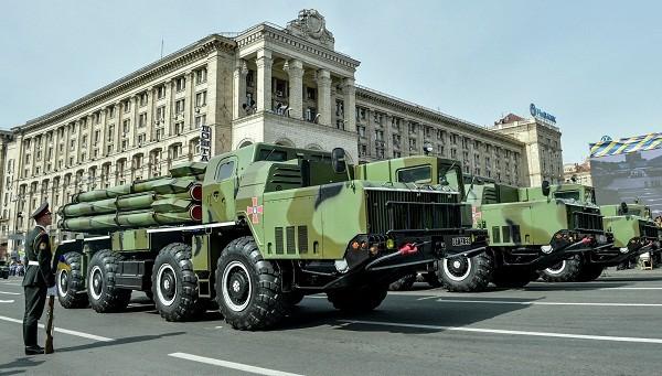 Xe quân sự của lực lượng vũ trang Ukraine tại cuộc diễu hành kỷ niệm ngày Độc lập ở Khreshchatyk, Kiev, tháng 8-2014