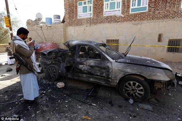 Một chiếc xe hơi bị phá hủy trong cuộc đánh bom bên ngoài nhà thờ Badr