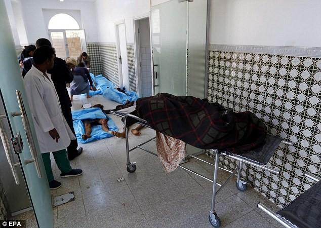 Các thi thể người chết nằm bên ngoài hành lang bệnh viện