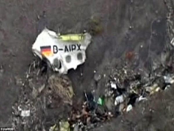 Một mảnh vỡ máy bay có hình quốc kỳ của Đức