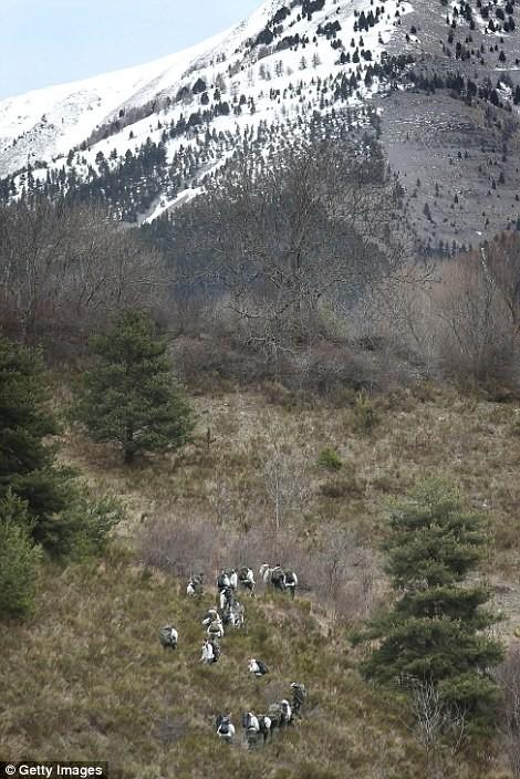 Lực lượng cứu hộ Pháp phải đi bộ từ sau chân núi để tiếp cận hiện trường vụ tai nạn