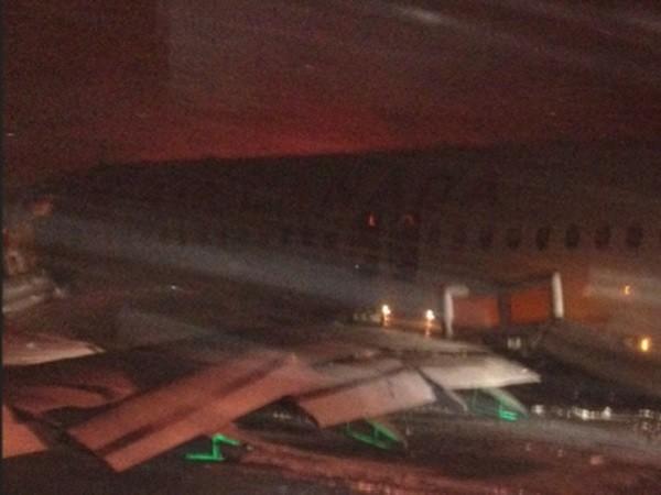 Máy bay bị hư hỏng nặng