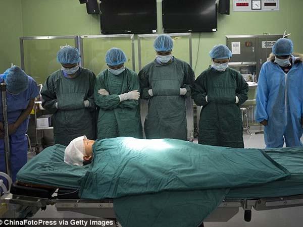 Xúc động giây phút y bác sĩ cúi rạp trước thi thể những em bé hiến nội tạng ảnh 4