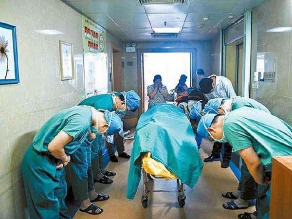 Xúc động giây phút y bác sĩ cúi rạp trước thi thể những em bé hiến nội tạng ảnh 1
