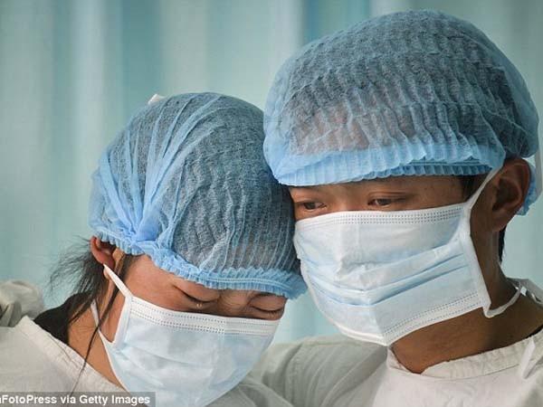 Xúc động giây phút y bác sĩ cúi rạp trước thi thể những em bé hiến nội tạng ảnh 3