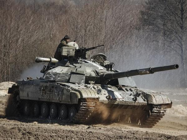 Xe tăng của quân đội Ukraine ồ ạt nã pháo vào các vị trí của phe ly khai ảnh 1