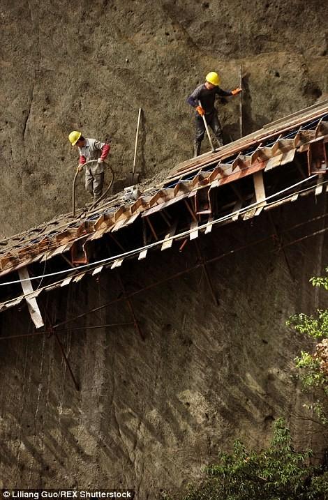 """""""Bán mạng"""" xây dựng con đường nguy hiểm nhất Trung Quốc ảnh 6"""