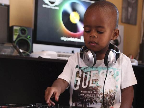 """Xem cậu bé DJ """"nói chưa sõi"""" khiến cộng đồng mạng Nam Phi sôi sục ảnh 1"""