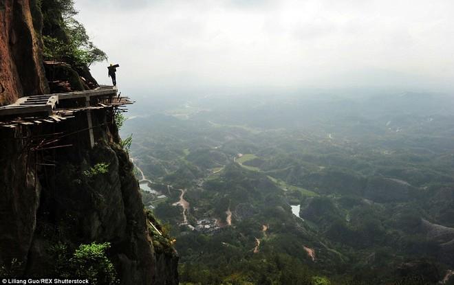 """""""Bán mạng"""" xây dựng con đường nguy hiểm nhất Trung Quốc ảnh 3"""