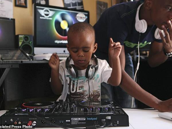 """Xem cậu bé DJ """"nói chưa sõi"""" khiến cộng đồng mạng Nam Phi sôi sục ảnh 2"""
