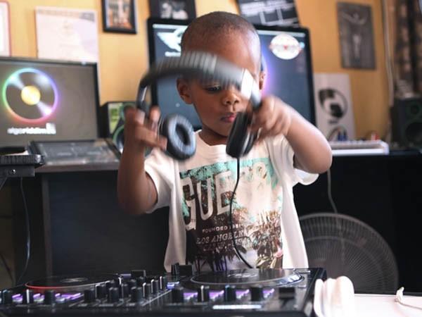 """Xem cậu bé DJ """"nói chưa sõi"""" khiến cộng đồng mạng Nam Phi sôi sục ảnh 4"""