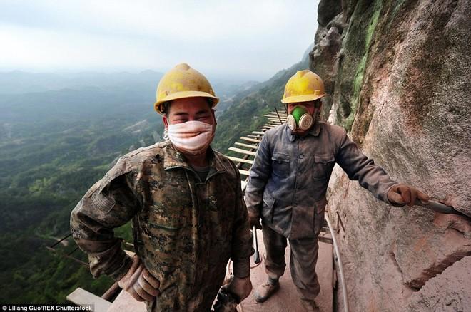 """""""Bán mạng"""" xây dựng con đường nguy hiểm nhất Trung Quốc ảnh 11"""