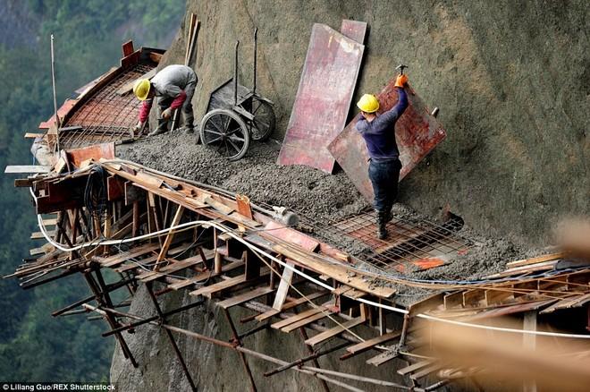 """""""Bán mạng"""" xây dựng con đường nguy hiểm nhất Trung Quốc ảnh 1"""