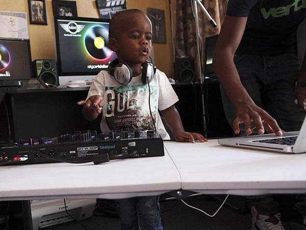 """Xem cậu bé DJ """"nói chưa sõi"""" khiến cộng đồng mạng Nam Phi sôi sục ảnh 3"""