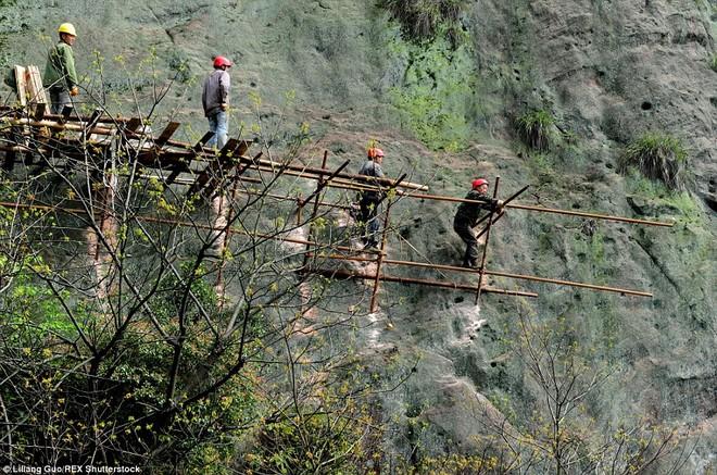 """""""Bán mạng"""" xây dựng con đường nguy hiểm nhất Trung Quốc ảnh 2"""