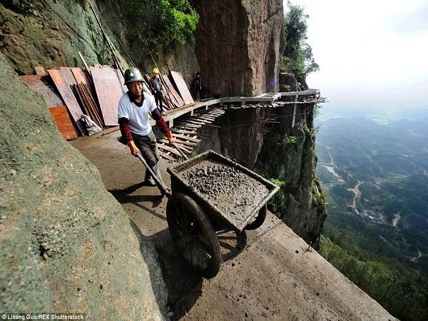 """""""Bán mạng"""" xây dựng con đường nguy hiểm nhất Trung Quốc ảnh 10"""
