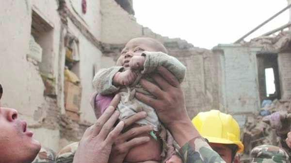 Bé trai 4 tháng tuổi sống sót thần kỳ sau 22 giờ bị vùi lấp vì động đất ở Nepal ảnh 1