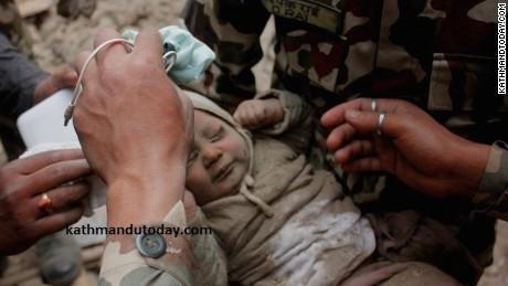 Bé trai 4 tháng tuổi sống sót thần kỳ sau 22 giờ bị vùi lấp vì động đất ở Nepal ảnh 2