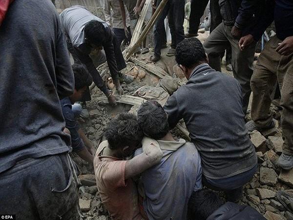 Thảm hoạ động đất ở Nepal: 6.200 người chết, nhà xác quá tải trầm trọng ảnh 1