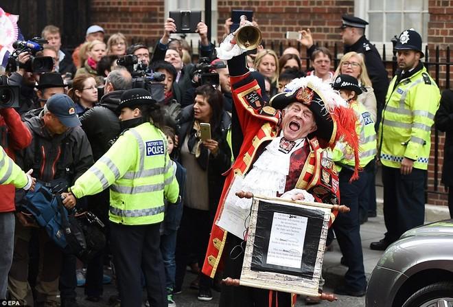 Đám đông tập trung trước bệnh viện St Mary để chào đón thành viên mới của Hoàng gia