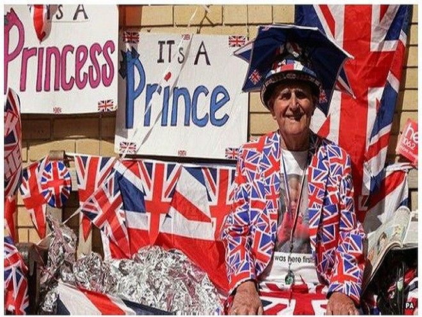 """Nhiều người thể hiện niềm vui bằng những tấm biển với dòng chữ """"Đó là một công chúa!"""""""