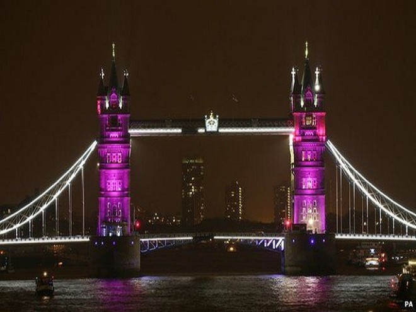 Cầu tháp ở London lung linh trong ánh điện màu hồng - màu sắc tượng trưng cho công chúa