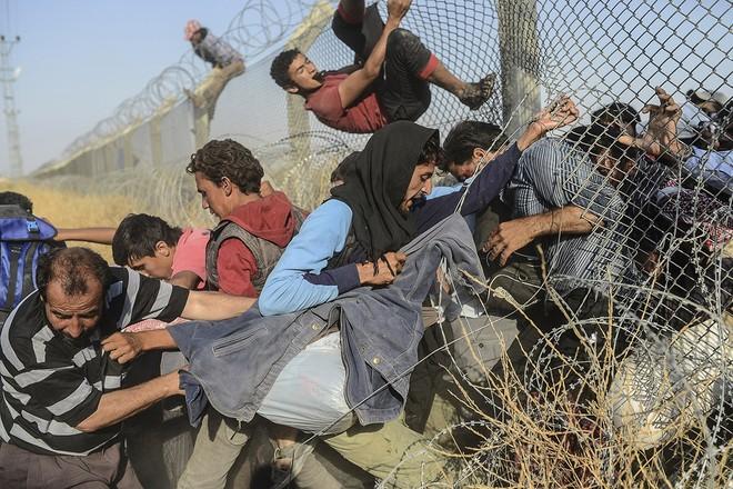 """Thảm cảnh người tị nạn Syria """"xé rào"""" vượt biên, chạy trốn cuộc chiến IS ảnh 5"""