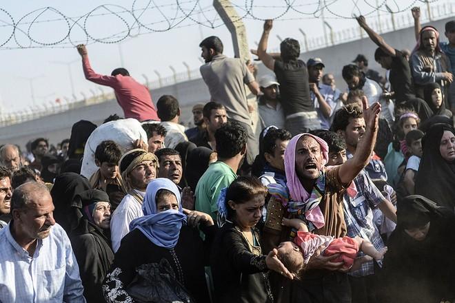 """Thảm cảnh người tị nạn Syria """"xé rào"""" vượt biên, chạy trốn cuộc chiến IS ảnh 13"""
