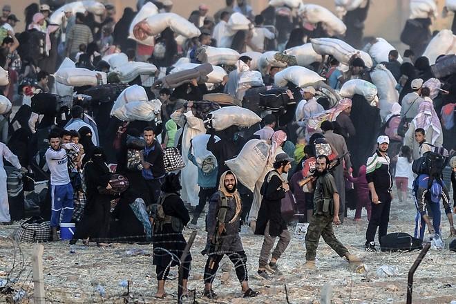 """Thảm cảnh người tị nạn Syria """"xé rào"""" vượt biên, chạy trốn cuộc chiến IS ảnh 2"""