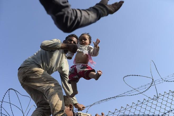 """Thảm cảnh người tị nạn Syria """"xé rào"""" vượt biên, chạy trốn cuộc chiến IS ảnh 8"""