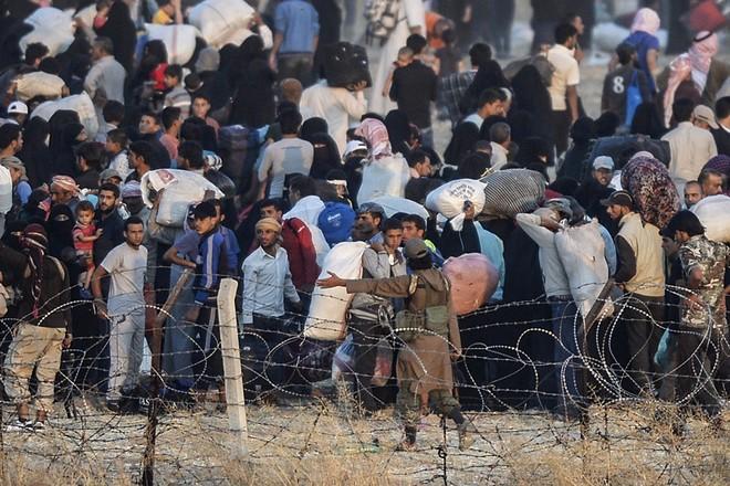 """Thảm cảnh người tị nạn Syria """"xé rào"""" vượt biên, chạy trốn cuộc chiến IS ảnh 1"""