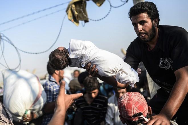 """Thảm cảnh người tị nạn Syria """"xé rào"""" vượt biên, chạy trốn cuộc chiến IS ảnh 7"""