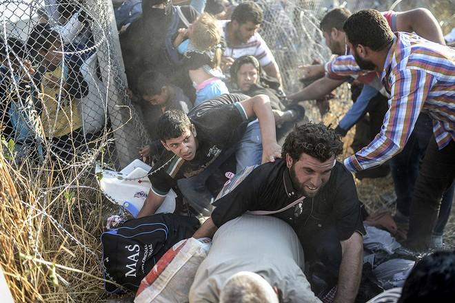 """Thảm cảnh người tị nạn Syria """"xé rào"""" vượt biên, chạy trốn cuộc chiến IS ảnh 3"""